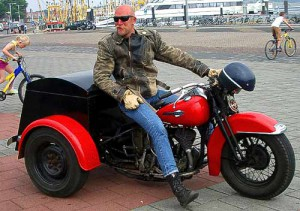 Holländischer Rocker mit alter Harley Davidson - zum Dreirad umgebaut.