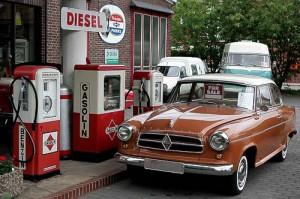 Eine Borgward Isabella Limousine an historischer Gasolin-Tankstelle