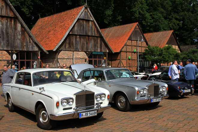 Rolls-Royce Shadow, Series 1, im Doppelpack vor historischen Scheunen