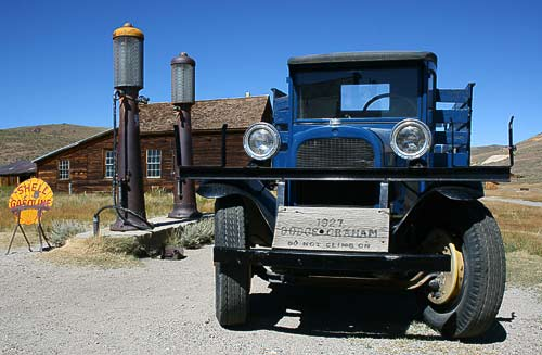 Dodge Graham an hustoruscher Shell-Station in der Ghosttown Bodie