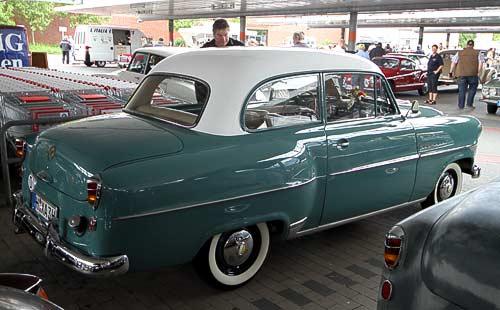 Schräg von hinten aufgenommen - der Opel Olypia Rekord, Baujahr 1953