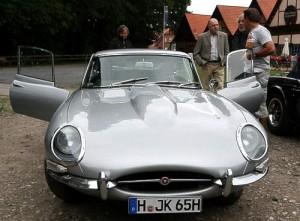 Jaguar E 2+2 Coupé mit Oldtimer-Freunden