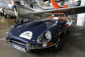 Jaguar E - Roadster zwischen Flugzeugen im Luftfahrtmuseum Wernigerode
