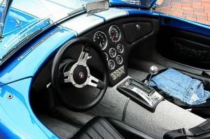 Spartanisches, aber funktionelles AC Cobra Cockpit.
