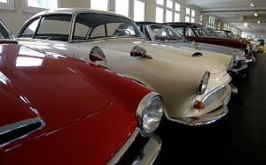 Eine der großen Fahrzeughallen im Automuseum Melle