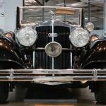 Die imposante Fahrzeugfront mit riesigen Scheinwerfern – Horch 851