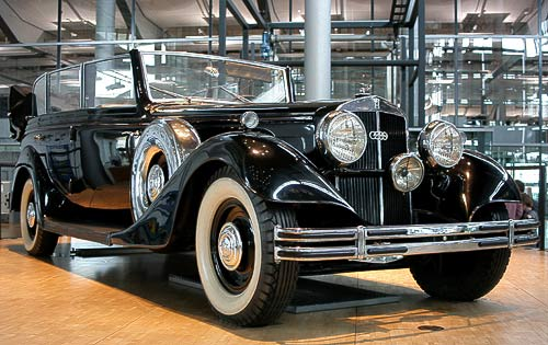 Horch 851 - Blickfang in der VW-Phaeton-Produktion