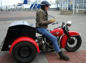 Holländischer Biker mit Harley-Davidson Dreirad