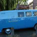 Der VW Kastenwagen T 1 fährt Reklame in Enkhuizen, Holland