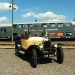 Der Citroen 5 HP vor historischen Eisenbahn-Waggons