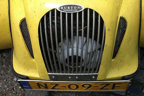 Hinter dem Kühlergrill - der Burton-Motor vom Citroen 2 CV