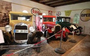 Urige Oldtimer in einer Reihe - Ford A, Citroën B 14 G und Ford T 'Tin Lizzie'.
