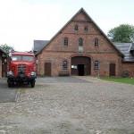 Eine historisches Borgward-Feuerwehrfahrzeug LF 8 auf dem Museumshof