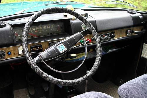 Ein schmuckes Cockpit im Stil der Sechziger Jahre - NSU 1200 C