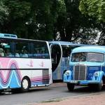 Der direkte Bildvergleich – Oldtimerbus und heutige hochmoderne Reisebusse