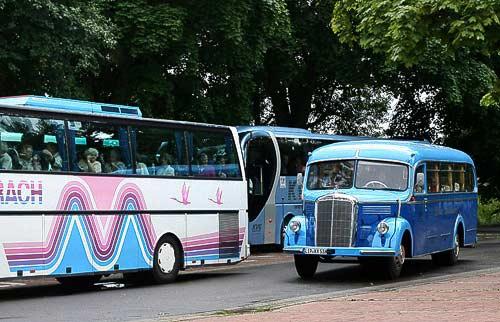 Der direkte Bildvergleich - Oldtimerbus und heutige hochmoderne Reisebusse
