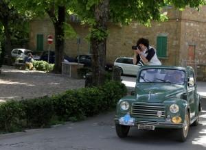 Ragazza Fotografica e Fiat Topolino