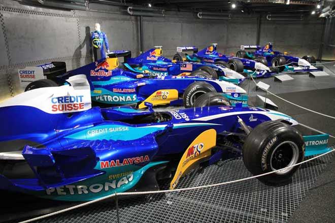Eine Parade von Sauber Formel 1 Rennwagen in der 'Stahltank'-Austellung der Autobau Erlebniswelt.